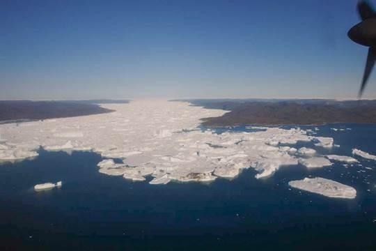 Ilulissatkløften, hvorigennem den nuværende gletsjer Sermeq Kujalleq strømmer, strækker sig fra den centrale del af indlandsisen over 400 km mod øst inden den munder ud i Disko Bugt. Denne kløft har eksisteret i over 100 millioner år, hvor den har afvandet en stor del af det centrale Grønland (foto: Martin Sønderholm).